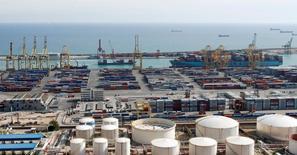 Port de commerce de Barcelone. Le déficit commercial de l'Espagne a diminué de 1,2% en 2015, s'établissant à 24,2 milliards d'euros, son deuxième montant le plus bas depuis 1998. /Photo d'archives/REUTERS/Albert Gea