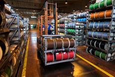 Nexans a annoncé pour 2015 une perte de 194 millions d'euros. Le fabricant de câbles, engagé dans une lourde restructuration, a laissé entrevoir jeudi la possibilité d'un retour aux bénéfices en 2016 après trois exercices marqués par des pertes et l'absence de dividende. /Photo d'archives/REUTERS/Victor Fraile