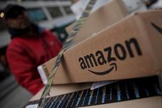 Amazon.com dijo el jueves que planeaba abrir un nuevo centro logístico en Reino Unido, creando 500 nuevos trabajos en el curso de tres años, ampliando así su negocio en Europa. En la imagen, cajas de Amazon en un almacén de Nueva York,  el 29 de enero de 2016. REUTERS/Mike Segar