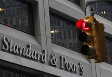 Светофор у здания Standard & Poor's в Нью-Йорке. 5 февраля 2013 года. Рейтинговое агентство Standard & Poor's понизило суверенные кредитные рейтинги Саудовской Аравии, Бразилии, Бахрейна и Омана в среду, во второй раз почти ровно за год массово сократив рейтинги крупных производителей нефти. REUTERS/Brendan McDermid