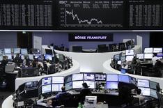 Operadores trabajando en la Bolsa de Fráncfort, Alemania, 16 de febrero de 2016. Las bolsas europeas retrocedían el jueves luego de avanzar más temprano a máximos en dos semanas, lastradas por el anuncio de una serie de resultados corporativos decepcionantes. REUTERS/Staff/remote