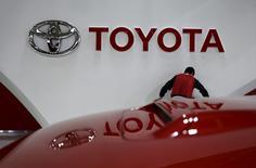 Un empleado trabaja cerca del logo de Toyota, en la sala de exhibición de la compañía en Tokio, Japón. 5 de febrero de 2016. Toyota dijo el jueves que realizará una revisión global de 2,89 millones de vehículos ante la posibilidad de que sus cinturones de seguridad queden dañados por un componente de metal del dispositivo en el caso de un accidente. REUTERS/Toru Hanai