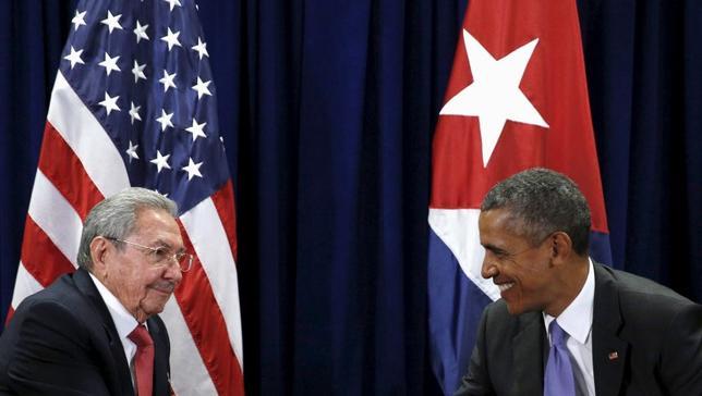 2月18日、オバマ米大統領は3月21─22日にキューバを訪問し、ラウル・カストロ国家評議会議長と会談を行う。写真は国連総会で会談する両首脳。昨年9月撮影。(2016年 ロイター/Kevin Lamarque)