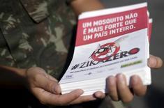 Un soldado brasileño muestra un panfleto sobre cómo combatir al mosquito Aedes aegypti, en Río de Janeiro, Brasil, 12 de febrero de 2016. El Banco Mundial dijo el jueves que estaban disponibles de inmediato 150 millones de dólares en financiamiento para ayudar a combatir el virus de Zika en países afectados en América Latina y el Caribe.REUTERS/Ricardo Moraes