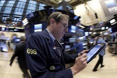 Operadores trabajando en la Bolsa de Nueva York. 17 de febrero de 2016. Las acciones caían el jueves a mitad de sesión en la bolsa de Nueva York arrastradas por un descenso de Wal-Mart que presionaba al sector consumo masivo, y porque sectores que impulsaron un repunte de tres días revertían parte de sus ganancias. REUTERS/Brendan McDermid