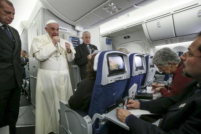 2月18日、ローマ法王は米大統領選の共和党候補指名を狙うドナルド・トランプ氏について、移民に対する考え方を理由に「キリスト教徒でない」と批判した。遊説先からの帰国便内で記者と話をする法王、17日撮影(2016年 ロイター/Alessandro Di Meo)