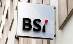 El logo del banco privado suizo BSI, visto en una de sus sucursales en Zúrich. 31 de marzo de 2015. El brasileño Grupo BTG Pactual confirmó el viernes que sostiene negociaciones exclusivas con el prestamista suizo EFG International <AG EFGN.S> sobre la posible venta de BSI, su unidad de banca privada en Suiza. REUTERS/Arnd Wiegmann