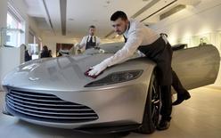 Carro Aston Martin DB10 produzido para filme de James Bond em casa de leilões Christie's, em Londres. 15/02/2016 REUTERS/Hannah McKay