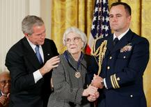 """Президент США Джордж Буш награждает Президентской медалью Свободы писательницу Харпер Ли. Вашингтон, 5 ноября 2007 года. Американская писательница Харпер Ли, автор ставшего классикой романа """"Убить пересмешника"""", скончалась в возрасте 89 лет. REUTERS/Larry Downing"""