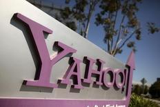 El logo de Yahoo en su sede en Sunnyvale, EEUU, abr 16, 2013. Ante el asedio de sus impacientes inversores, Yahoo dio el viernes sus primeros pasos para empezar a gestionar la posible venta de partes de su alicaído negocio de internet.  REUTERS/Robert Galbraith