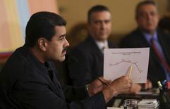 Президенть Венесуэлы Николас Мадуро рисует график на встрече с фармацевтами в Каракасе 18 февраля 2016 года. Венесуэла направляет новые предложения о стабилизации нефтяного рынка лидерам стран Организации стран-экспортеров нефти (ОПЕК) и стран-экспортеров, не входящих в нее, сказал президент. REUTERS/Miraflores Palace/Handout via Reuters