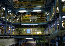 El crecimiento de la actividad manufacturera de Japón se ralentizó con fuerza en febrero, después de que los nuevos pedidos de exportación exhibieron su contracción más severa en tres años, una señal preocupante de que la demanda en el extranjero se está deteriorando rápidamente, mostró un sondeo preliminar el lunes. En la imagen, un trabajador en una planta de Kawasaki en Yatomi, Japón, el 13 de marzo de 2015. REUTERS/Tim Kelly