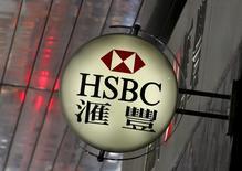 Le groupe bancaire britannique HSBC a annoncé lundi entrevoir un environnement financier encore difficile en 2016 après une année 2015 qui s'est soldée par un bénéfice imposable inférieur aux attentes, sur fond de ralentissement de la croissance en Chine et de chute des cours des matières premières. /Photo prise le 2 juin 2015/REUTERS/Bobby Yip