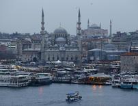 El primer ministro turco, Ahmet Davutoglu, desveló el lunes un plan para apoyar el turismo en Turquía, golpeado por las tensiones con Rusia y la falta de seguridad doméstica, entre ellos una subvención de 255 millones de liras (78 millones de euros) y un crédito para permitir a las empresas turísticas reestructurar su deuda. En la imagen, una panorámica de Estambul, el 20 de febrero de 2016. REUTERS/Osman Orsal