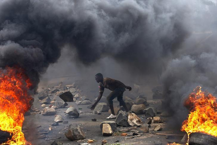 A protester sets up a  barricade during a protest against Burundi President Pierre Nkurunziza and his bid for a third term in Bujumbura, Burundi, May 22, 2015. REUTERS/Goran Tomasevic