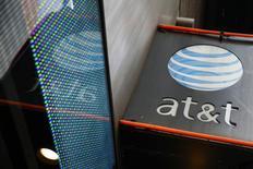 Un anuncio de AT&T en una tienda en Nueva York, oct 29, 2014. AT&T Inc invertirá cerca de 10.000 millones de dólares en su división de soluciones globales de negocios, mientras se esfuerza en fortalecer una unidad que ofrece a las compañías servicios como conectividad inalámbrica, almacenamiento en nube y seguridad, dijo el domingo la empresa.   REUTERS/Shannon Stapleton