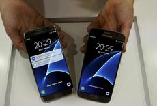 Novos smartphones Samsung S7 (D) e S7 edge (E) são exibidos após seu lançamento em cerimônia no Mobile World Congress, em Barcelona, Espanha. 21 de fevereiro de 2016. REUTERS/Albert Gea