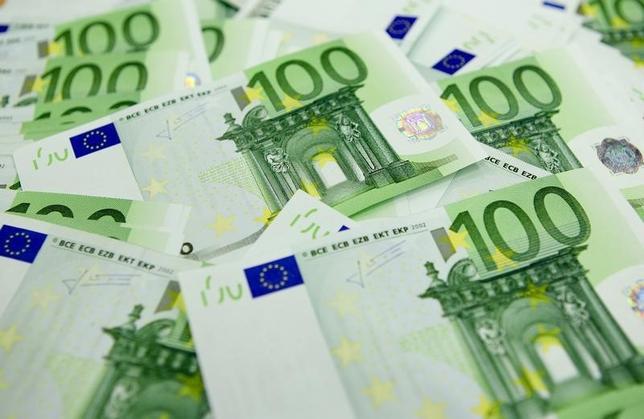 2月22日、ドイツのベルテルスマン財団は、欧州を国境検査なしで自由に移動できる「シェンゲン協定」が崩壊した場合、欧州連合(EU)は今後10年にわたり最大1兆4000億ユーロの経済的打撃を受けるとの試算を発表した。写真はブダペストで2011年11月撮影(2016年 ロイター/Laszlo Balogh)