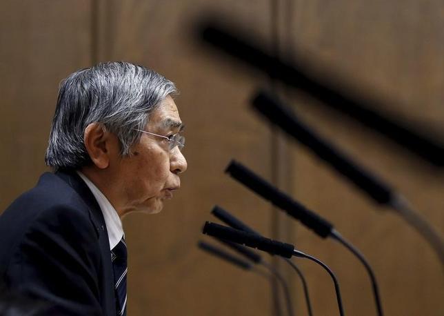 2月23日、黒田東彦日銀総裁は午前の衆院財務金融委員会で、量的・質的金融緩和の波及経路は、実質金利の低下を通じて経済にプラスの影響を与えるものとし、マネタリーベースの増加が直接的に期待インフレ率を押し上げるものではないとの認識を示した。写真は都内で18日撮影(2016年 ロイター/Toru Hanai)