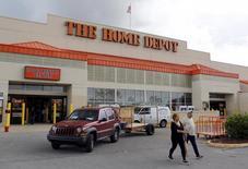 Home Depot affiche des résultats trimestriels meilleurs qu'attendu grâce à l'amélioration du marché immobilier américain qui stimule la demande pour l'équipement de la maison. Le numéro un américain du bricolage fait état d'un bénéfice net record de 1,47 milliard de dollars (1,34 milliard d'euros) pour son quatrième trimestre clos le 31 janvier. /Photo prise le 18 septembre 2015/REUTERS/Joe Skipper
