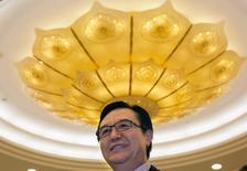 En esta imagen de archivo, el ministro chino de Comercio, Gao Hucheng, se prepara para recibir a la delegación empresarial estadounidense en el Ministerio de Comercio de China en Pekín,  el 13 de abril de 2015. El consumo en China seguirá creciendo a un ritmo acelerado en el 2016, dijo el martes el ministro de Comercio, Gao Hucheng, en una conferencia de prensa. REUTERS/Ng Han Guan/Pool