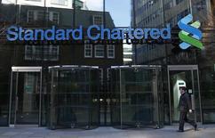Standard Chartered fait état de sa première perte annuelle depuis 1989, lourdement pénalisée par des coûts de restructuration et les conséquences de la chute des cours des matières sur les économies émergentes auxquelles la banque est très exposée. Le résultat avant impôt est ressorti en perte de 1,5 milliard de dollars (1,36 milliard d'euros) au titre de 2015, après prise en compte de 1,8 milliard de coûts de restructuration. /Photo prise le 27 février 2015/REUTERS/Eddie Keogh