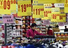 Vendedora arruma produtos em supermercado do Zouping, na China. 10/03/2015 REUTERS/China Daily