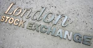 Le London Stock Exchange (LSE) a annoncé l'existence de négociations détaillées avec Deutsche Börse en vue d'une fusion entre égaux entre les deux opérateurs boursiers. Cette fusion se ferait intégralement par un échange de titres avec création d'une holding. /Photo d'archives/REUTERS/Luke MacGregor
