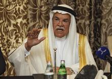 Le ministre saoudien du Pétrole Ali al Naïmi a déclaré mardi s'attendre à ce que la plupart des grands pays producteurs acceptent la proposition récemment avancée d'un gel de la production aux niveaux du mois de janvier afin de soutenir les cours. /Photo prise le 16 février 2016/REUTERS/Naseem Zeitoon