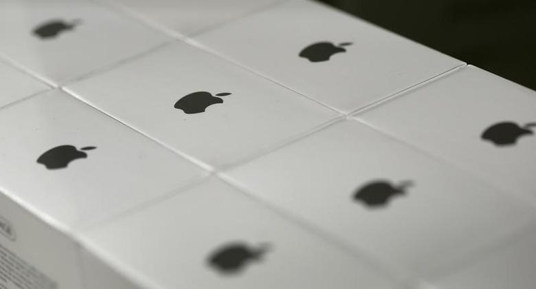 Apple logos are seen on boxes in a shop in Munich downtown, Germany, January 27, 2016.  REUTERS/Michaela Rehle