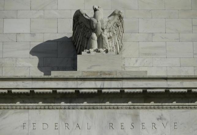 2月23日、フィッシャー米連邦準備理事会(FRB)副議長は、最近の世界の金融市場の混乱が米経済に多大な影響を与えるかどうかは、まだ不透明との見解を示した。写真はワシントンのFRBビルで2014年10月撮影(2016年 ロイター/Gary Cameron)