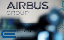 Airbus Group est l'une des valeurs à suivre à la Bourse de Paris à la suite de son annonce d'augmenter à nouveau son dividende après des résultats 2015 légèrement supérieurs aux attentes. Le groupe a également décidé de relever sa production de long-courriers A330 pour faire face à la demande. /Photo d'archives/REUTERS/Régis Duvignau