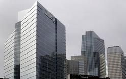 En la imagen de archivo se aprecia el logo de Allianz SE, la mayor aseguradora de Europa, en la torre de la compañía en La Défense, en Courbevoie, cerca de París, el 22 de febrero de 2016. Allianz puso en venta su negocio de seguros de vida en Corea del Sur como parte de una reestructuración global en medio de un entorno difícil con bajas tasas de interés, dijeron fuentes con conocimiento directo del asunto. REUTERS/Jacky Naegelen/Files