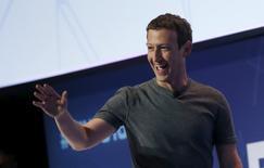 """Le PDG et fondateur de Facebook, Mark Zuckerberg. Le réseau social a déployé cinq alternatives au bouton """"J'aime"""", des réactions qui permettent à l'utilisateur d'exprimer avec des émoticônes divers sentiments face à une publication. Cinq émoticônes (""""J'adore"""", """"Haha"""", """"Wouah"""", """"Triste"""", """"Grrr"""") sont désormais proposées en plus du """"J'aime"""". /Photo prise le 22 février 2016/REUTERS/Albert Gea"""