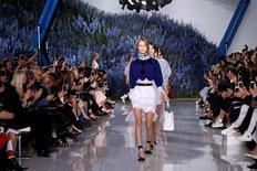 """Défilé Dior pour le printemps/été 2016, présenté en octobre dernier.  Les grands noms de la couture française comme Dior, Chanel, Hermès ou Saint Laurent ont dit """"non"""" à une éventuelle modification du calendrier des défilés parisiens. Le britannique Burberry, suivi par Tom Ford, a annoncé début février qu'il allait faire coïncider ses défilés sur les podiums avec la disponibilité de ses produits dans les magasins, selon le principe du """"see now-buy now"""". /Photo d'archives/REUTERS/Benoît Tessier"""