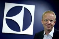 Le nouveau directeur général d'Electrolux, Jonas Samuelson, a déclaré que le groupe suédois allait axer ses efforts sur des acquisitions dans les marchés émergents et dans le segment très rentable de l'équipement professionnel après l'échec du rachat des activités d'électroménager de General Electric. /Photo prise le 11 janvier 2016/REUTERS/Janerik Henriksson/TT News Agency