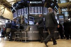 La bolsa de Nueva York caía el miércoles tras la apertura, ante la bajada de los precios del crudo después de que Arabia Saudí descartara recortes de producción para ayudar a reducir un exceso de oferta global de petróleo. En la imagen, operadores trabajan en la Bolsa de Nueva York, el 23 de febrero de 2016. REUTERS/Brendan McDermid