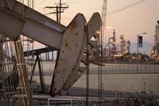 Una unidad de bombeo de crudo en el pozo Wilmington operando cerca de Long Beach, EEUU, jul 30, 2013. Los inventarios de crudo en Estados Unidos subieron la semana pasada, mientras que los de gasolina cayeron por primera vez desde noviembre y los de destilados también bajaron, mostraron el miércoles datos de la gubernamental Administración de Información de Energía.     REUTERS/David McNew