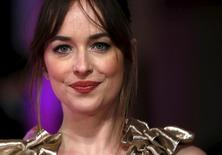 "Atriz Dakota Johnson, do filme ""Como Ser Solteira"",  posa em evento em Londres. 9/2/2016.  REUTERS/Neil Hall"