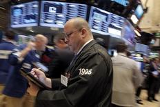 Трейдеры на фондовой бирже в Нью-Йорке. 24 февраля 2016 года. Американский фондовый рынок показал рост под конец сессии среды, после того как скачок цен на нефть помог развеять страхи инвесторов об уязвимости банков перед энергетическими компаниями, которые стремятся выплатить долги. REUTERS/Brendan McDermid