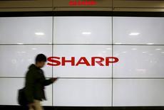 La firma japonesa Sharp aceptó el jueves una oferta de compra por parte de la taiwanesa Foxconn, dijo una fuente cercana a la situación, en la que sería la mayor adquisición de una compañía extranjera en el sector de tecnología de Japón. En la imagen, el logo de la tecnológica Sharp, en una pantalla de cristal líquido situada en en Tokio, Japón, el 25 de febrero de 2016. REUTERS/Yuya Shino - RTX28GOV
