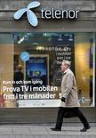 Пешеход у салона Telenor в Стокгольме. 26 октября 2007 года. Новый председатель правления норвежской Telenor Гунн Вэрстед пообещала реформы в компании после выплат Вымпелкома в рамках дела о коррупции. REUTERS/Bob Strong