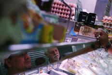 La economía española mantuvo su ritmo de crecimiento en el último tramo del año pasado, con una tasa trimestral del 0,8 por ciento e interanual del 3,5 por ciento, dijo el jueves el Instituto Nacional de Estadística (INE). En la imagen, una tienda en Madrid, 29 de abril de 2014. REUTERS/Susana Vera