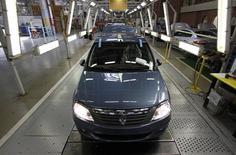 Автомобили Renault в процессе сборки на заводе в Москве. 15 мая 2012 года. Французская Renault сообщила в четверг, что начинает экспортные поставки произведенных в России автомобилей во Вьетнам. REUTERS/Maxim Shemetov