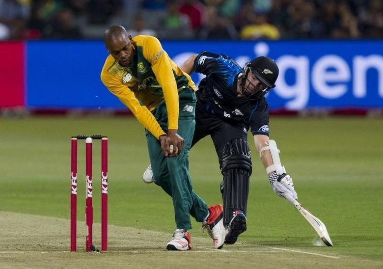 New Zealand's Kane Williamson gets his bat over the crease before South Africa's Aaron Phangiso (L) can run him out during their T20 International cricket match in Durban, August 14, 2015. REUTERS/Rogan Ward