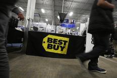 Best Buy, à suivre jeudi sur les marchés américains. Le spécialiste de la distribution d'électronique grand public prévoit des ventes et un bénéfice inférieurs aux estimations des analystes pour le trimestre en cours. /Photo d'archives/REUTERS/Stephen Lam
