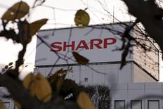 Le groupe taïwanais Foxconn a suspendu jeudi l'acquisition du groupe d'électronique japonais Sharp après la découverte de nouveaux éléments dans le passif de sa cible. /Photo d'archives/REUTERS/Reiji Murai