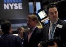 Трейдеры на торгах Нью-Йоркской фондовой биржи 23 февраля 2016 года. Американский фондовый рынок незначительно растет в ходе торгов  четверга после выхода данных об усилении производственной активности в США, однако повышение индексов сдерживается падением цен на нефть. REUTERS/Brendan McDermid