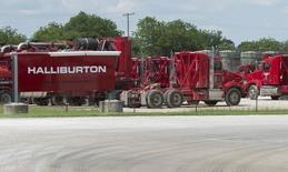 Le groupe américain de services pétroliers Halliburton va encore supprimer 5.000 emplois, soit 8% de ses effectifs, en réponse à la baisse des cours du brut. Halliburton a déjà réduit ses effectifs d'un quart depuis 2014 en supprimant près de 22.000 emplois. /Photo prise le 2 juin 2015/REUTERS/Cooper Neill