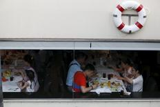 Chinese tourists dine onboard a boat at a pier at Chao Phraya River in Bangkok February 16, 2016. REUTERS/Jorge Silva
